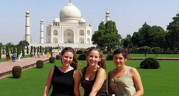 foreigners-visiting-Taj-Mahal