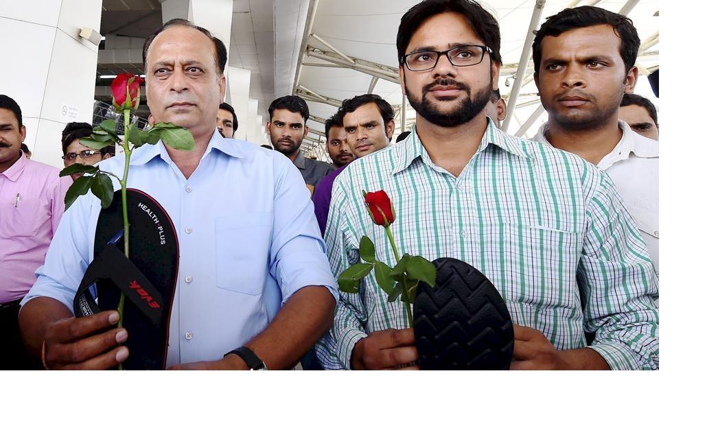 ravindra-aadmi-gaikwad-protest-against-airport-sena_eedab626-1425-11e7-85c6-0f0e633c038c